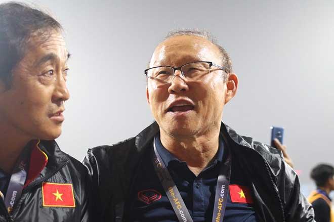Cựu HLV ĐTVN: 'Kiatisak không đủ tầm so sánh với ông Park'