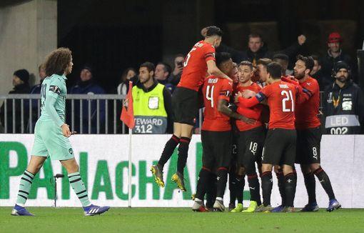 Thẻ đỏ tai hại, Arsenal gục ngã trên sân của Rennes