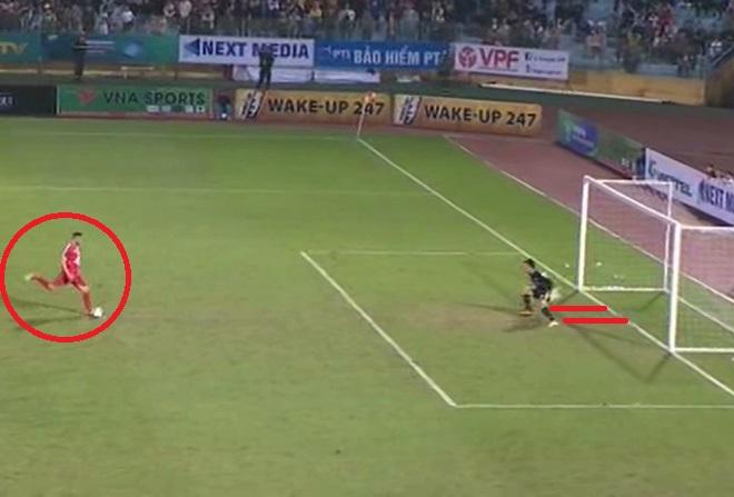 Trọng tài mắc lỗi trong pha bắt phạt đền của thủ môn Hà Nội FC