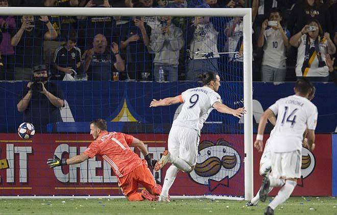 """Rooney lập siêu phẩm, Ibra """"bắt chước"""" Messi ở Mỹ: Triệu fan trầm trồ"""