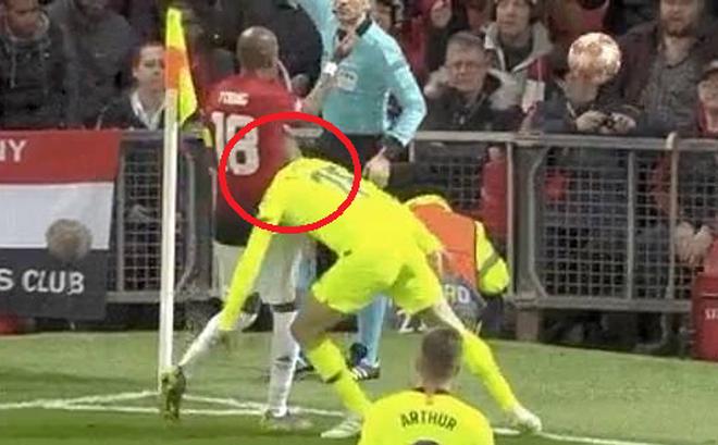 Hài hước trước màn kịch vụng về của cầu thủ Barcelona: Tự lao đầu vào đối thủ rồi… kêu đau