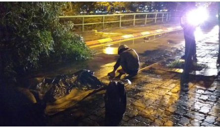Người thân gào khóc bên thi thể nam thanh niên bị cây ngã đè trúng ở Hà Nội: 'Lúc chiều nó còn bảo đi mua quyển sách rồi về'