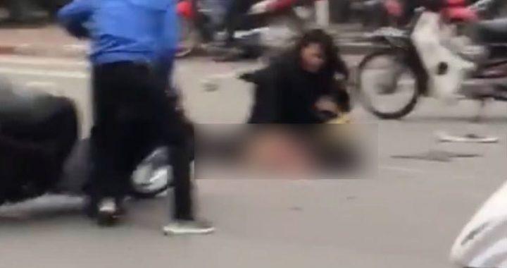 Clip phụ nữ lái xe Mercedes hoảng loạn tại hiện trường, chạy đến ôm nạn nhân đang nằm gục
