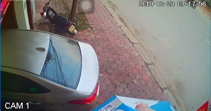 Rợn tóc gáy với cú đạp ga của ô tô vừa kịp xuyên cửa cuốn